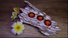originální svícen z naplaveného teakového dřeva ležící na 3 čajové svíčku
